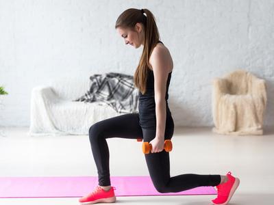怎么瘦胳膊最快最有效?瑜伽动作紧实手臂 瘦臀 第2张