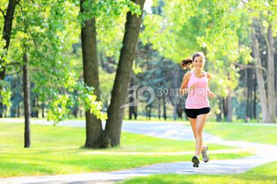 青年-女-运动-跑步-公园_13319074_xxl 早上空腹运动减肥吗? 运动减肥