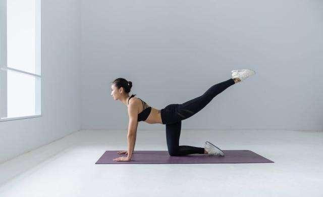 瑜伽垫上减肥瘦身的动作 瑜伽垫上减肥瘦身的动作,减肥瘦身的简单方法 瘦身减肥动作